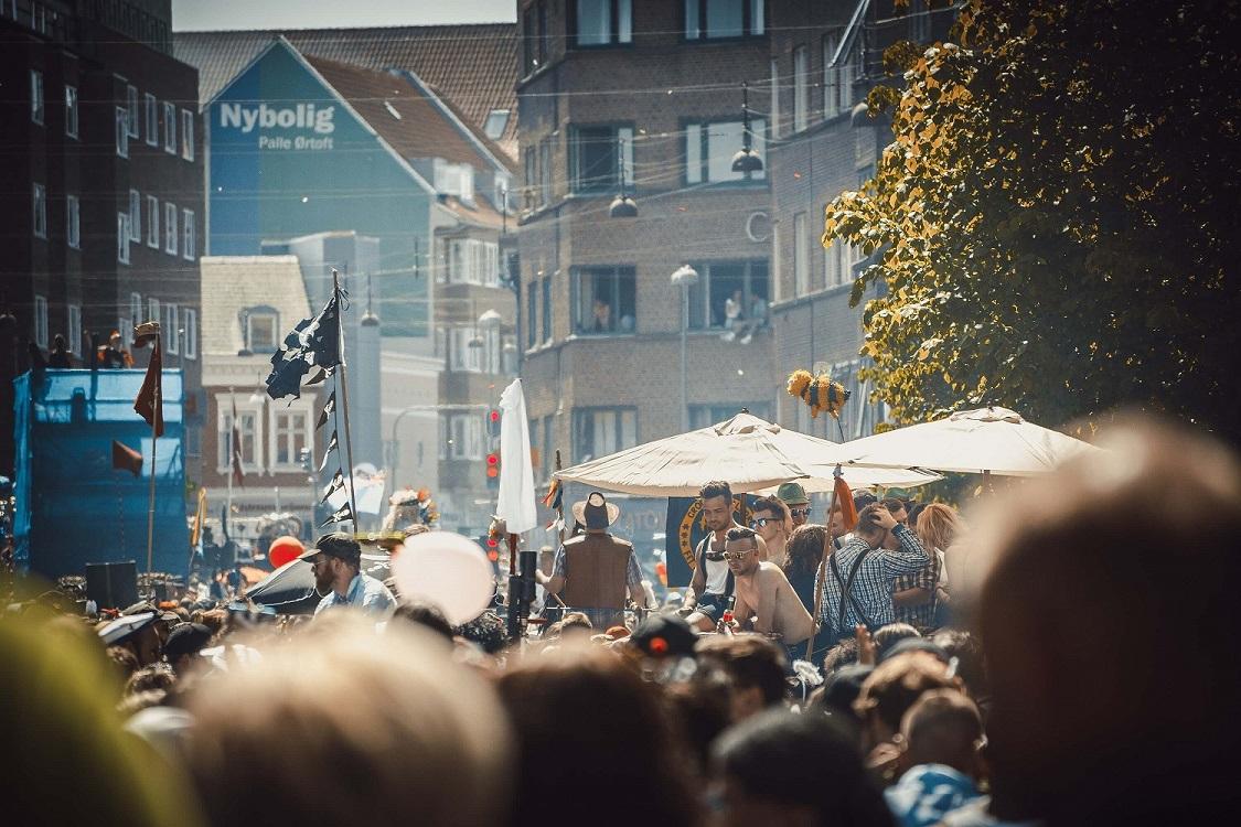 Stor folkemængde samlet i Aalborg