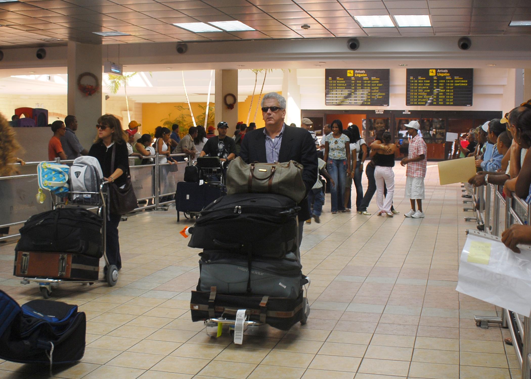 Cientos de viajeros continúan varados en aeropuertos de RD