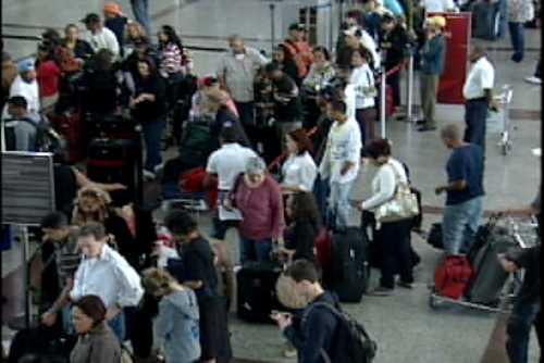 Tripulación deja avión en Las Américas; decenas de pasajeros varados