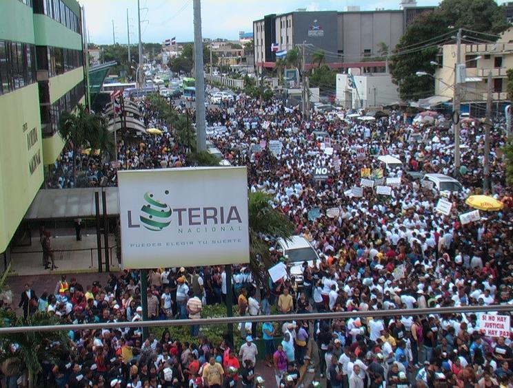 Miles de empleados y dueños de bancas protestan frente a la Lotería Nacional