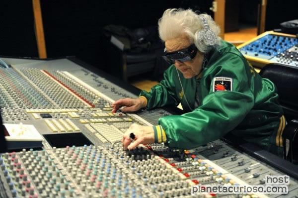 """La """"Abuela DJ"""" de 69 años que arrasa en Estados Unidos"""