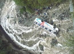 Al menos 15 muertos al caer un autobús en barranco en el occidente de Bolivia