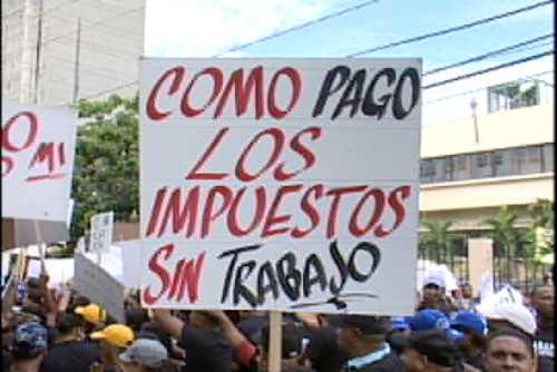 Empleados de bancas protestan por impuesto a esos establecimientos