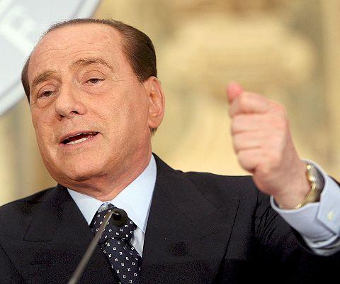 Berlusconi supera la moción de censura mientras arden las calles de Roma