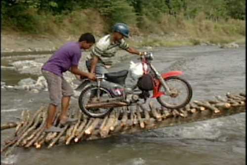 En pleno siglo XXI, en Jarabacoa hay que pagar para cruzar un río por falta de un puente