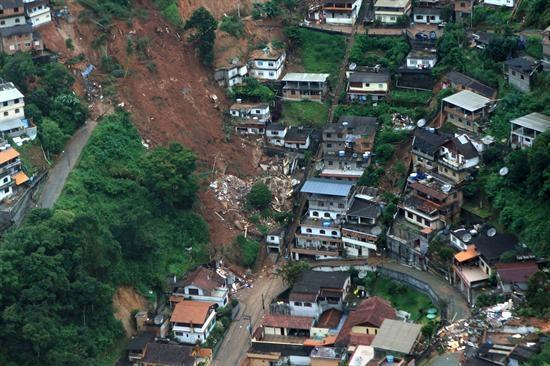 Lluvias se cobran más de 400 vidas en la región serrana de Río de Janeiro