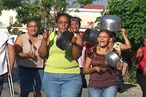 Amas de casa en Santiago reclaman rebaja en GLP y productos básicos