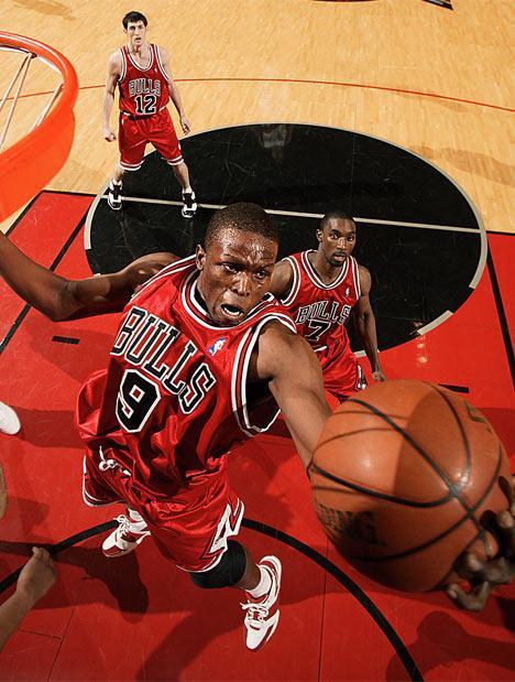 Rose, premio MVP y primer triunfo para Bulls; Lakers contra las cuerdas
