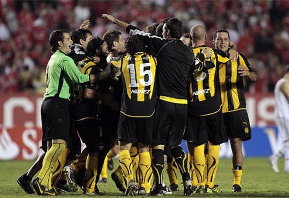 2-0. Peñarol gana a la Católica y se perfila como semifinalista de la Copa