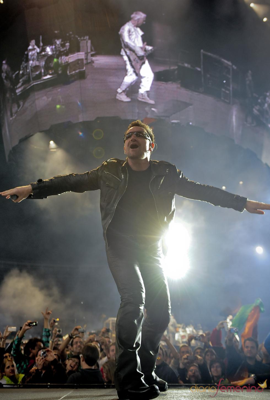 Bono, el líder de la banda U2, celebra con champaña su cumpleaños en México