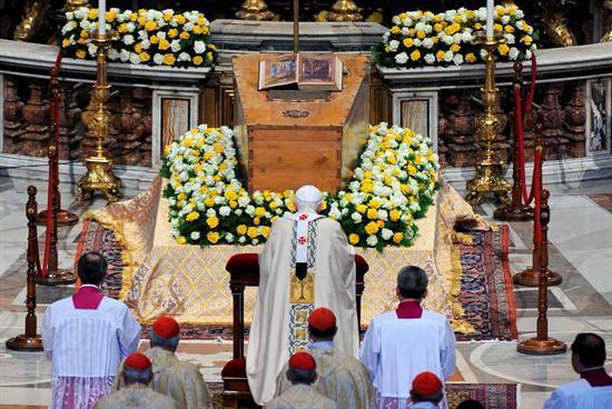 Benedicto XVI proclama beato a Juan Pablo II