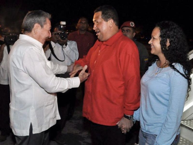 Raúl Castro recibe a Chávez a su llegada Cuba para continuar el tratamiento