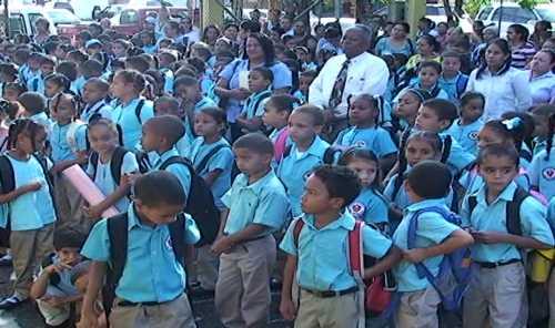 Año escolar inicia con precariedades en Santiago