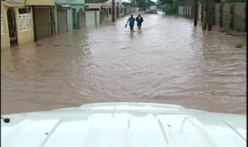 Cientos de viviendas anegadas en Brisas del Este por lluvias