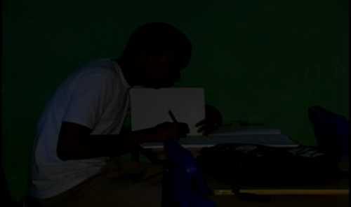Por falta de energía eléctrica estudiantes reciben clases  a oscuras