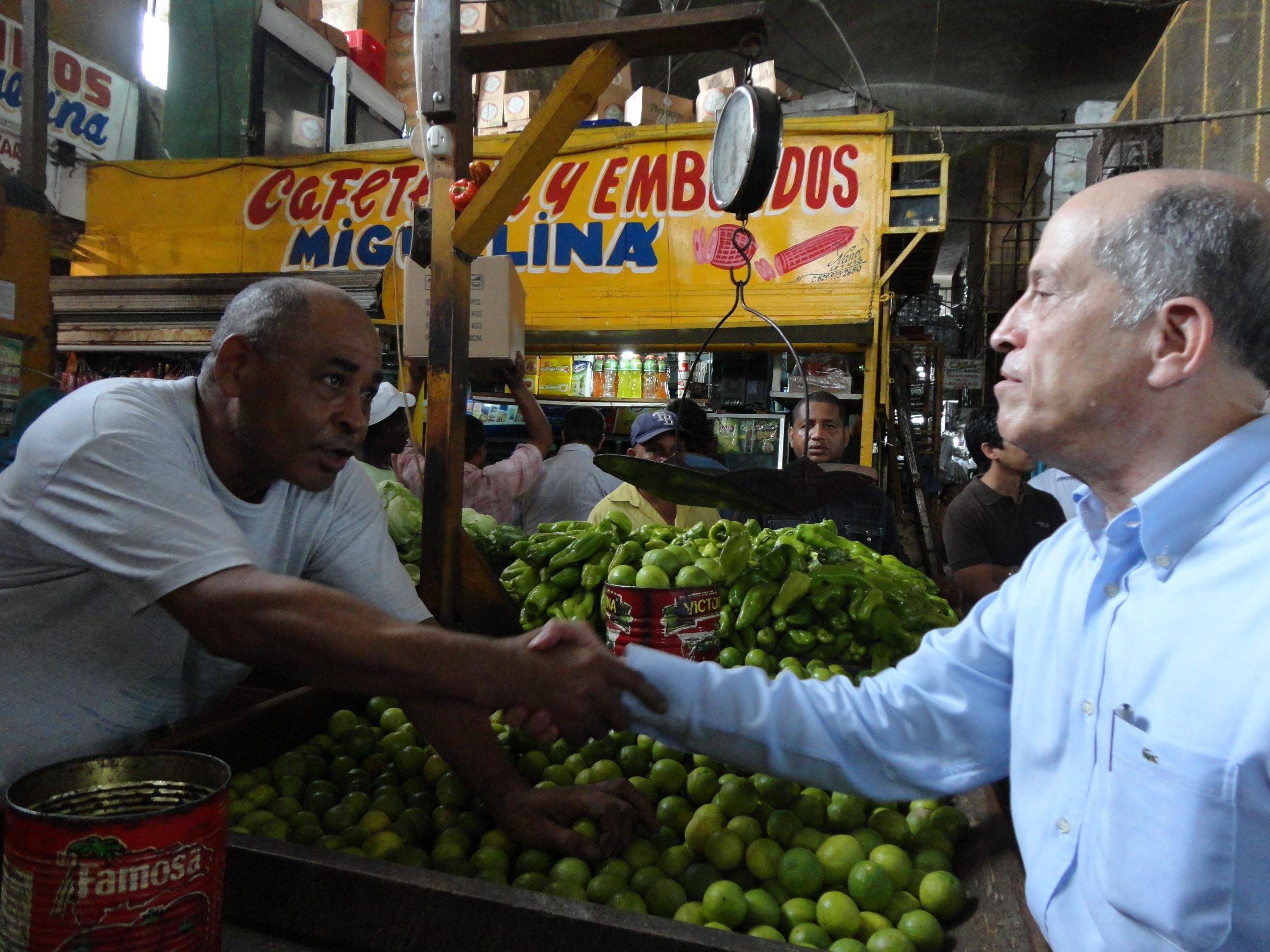 Max Puig intercambia con venduteros  del Mercado Nuevo