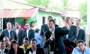 Presidente Fernández supervisa barrios por reclamos de dirigentes comunitarios