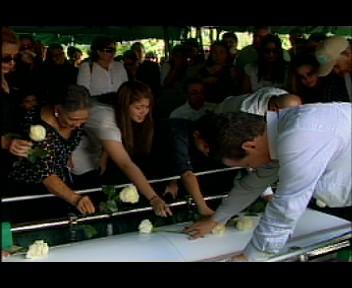 En  medio de llanto y dolor sepultan restos de hija de Rubén Camilo