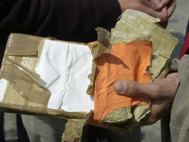 Apresan hombres supuestamente negociando paquete de cocaína