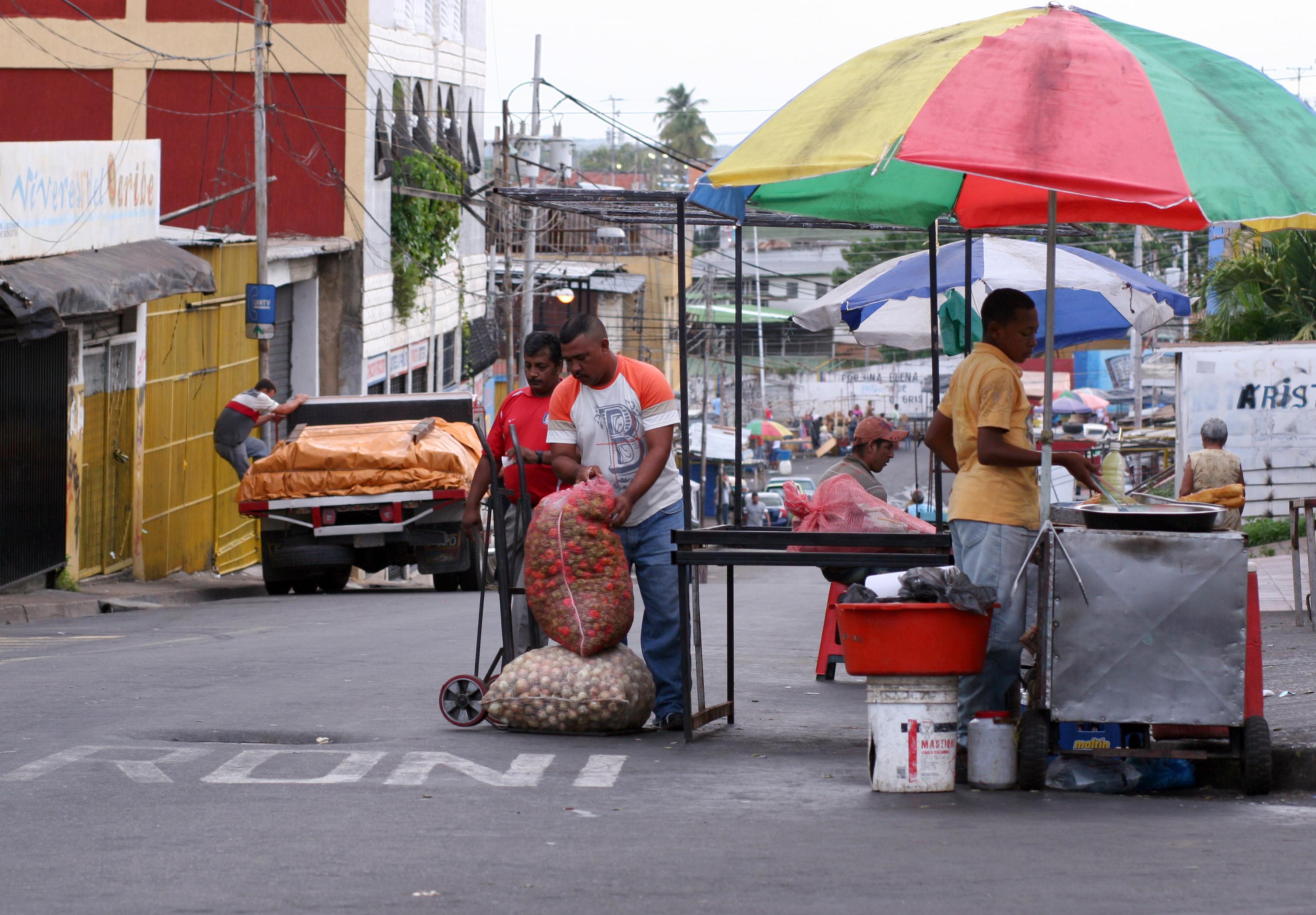 La informalidad es una amenaza para el desarrollo económico de RD, según ONEC