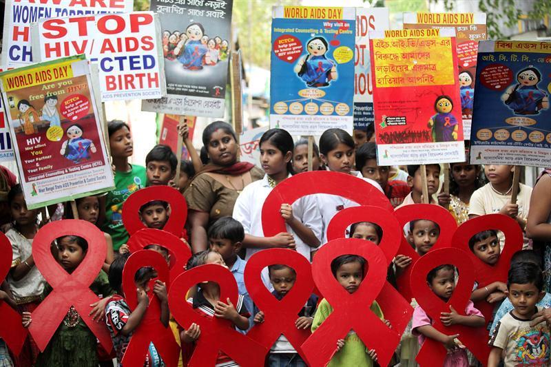 Carla Bruni pide a los jóvenes que estén vigilantes al contagio del sida