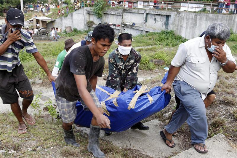 Filipinas prepara fosas comunes para cientos de víctimas de las inundaciones