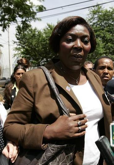 Pesar por la muerte de la activista Sonia Pierre