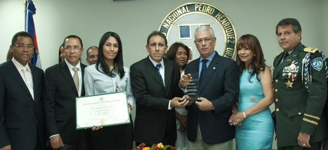 UNPHU entrega reconocimiento al DR.Cruz Jiminián
