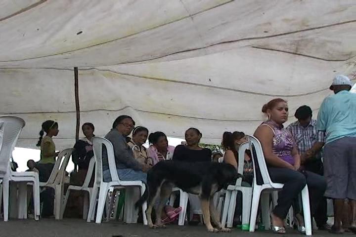 Familiares velan restos de hombre ultimado por desconocidos en Boca Chica