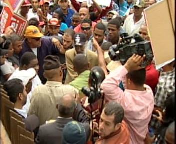 Choferes ocupan antiguo Palacio de Justicia en apoyo a Juan Hubieres(video)