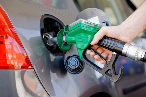 Gobierno debió bajar precios de los combustibles en vez de congelarlos, según CNTU