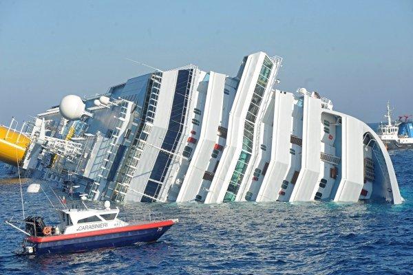 Crucero que zozobró en Italia se acercó para homenajear a un empleado, según prensa