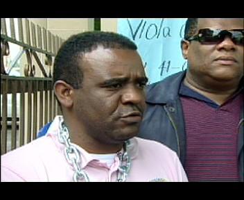 Ex empleado de la OTTT se encadena exigiendo prestaciones(video)