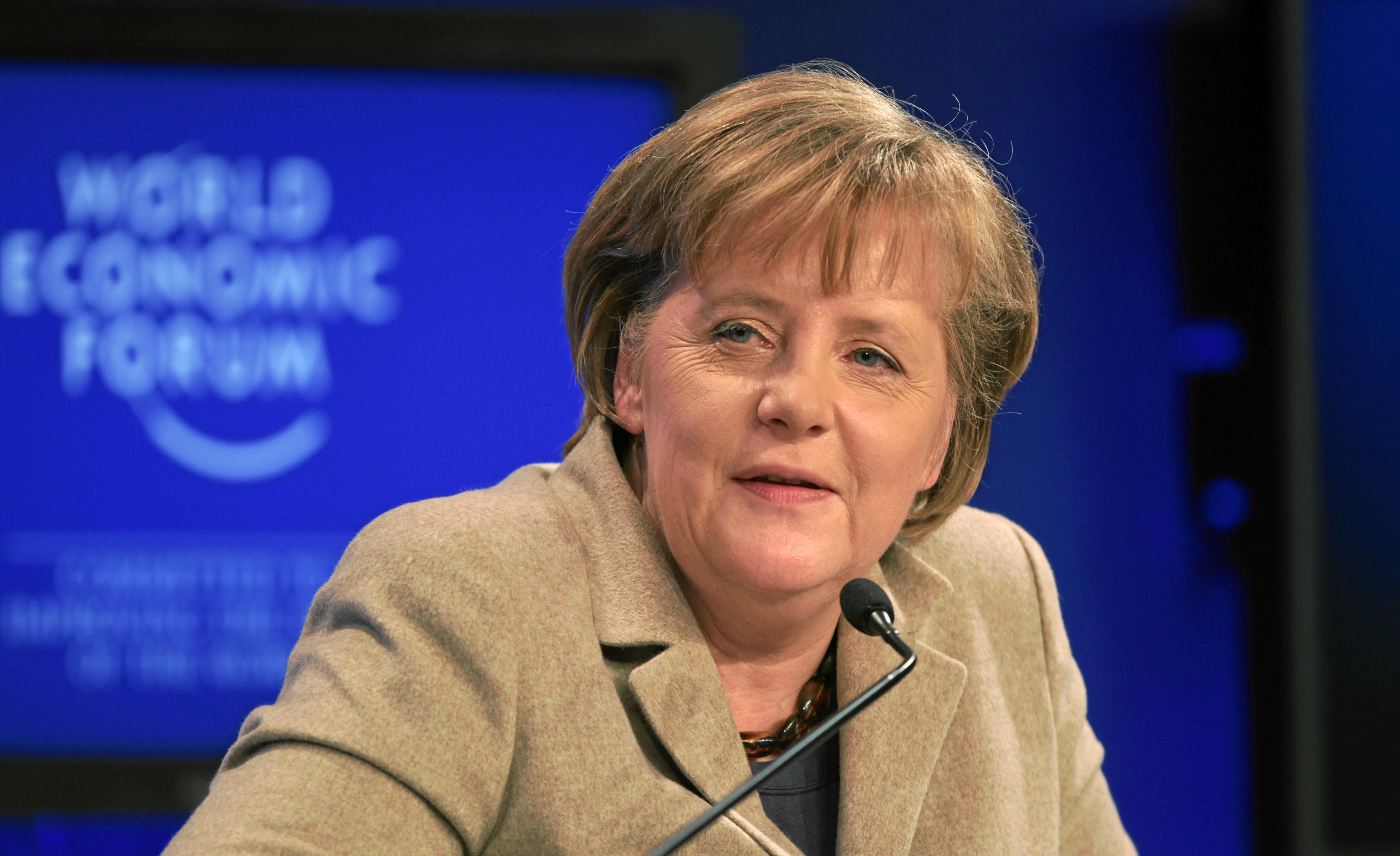 Eurodiputado disfrazado de Merkel interrumpe el discurso de Juncker
