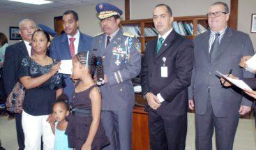 Interior y Policía entrega RD $2.1 millones a familias de oficiales muertos en funciones