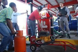 Bajarán los precios de los combustibles