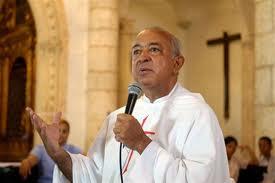 Medina ofrece condolencias al padre Luis Rosario