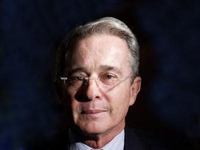 Uribe asegura que Santos busca acuerdo con las FARC a través de Chávez