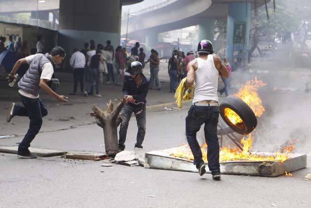 Termina desalojo de cárcel de Caracas en conflicto y se declara su cierre