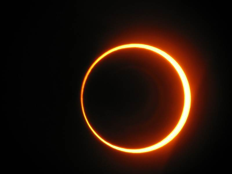 Miles de estadounidenses se preparan para ver este domingo eclipse solar