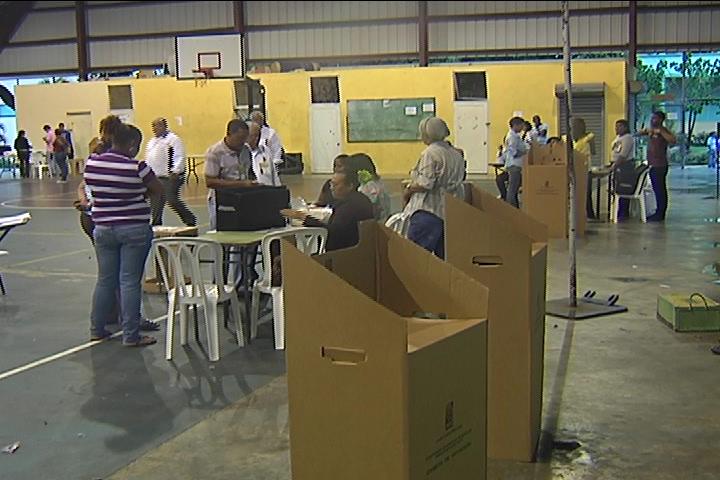 Pocas personas acuden a votar a primeras horas de la mañana