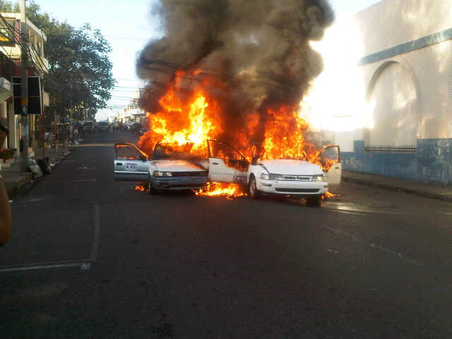 Tres personas resultaron heridas tras explotar sus vehículos en choque