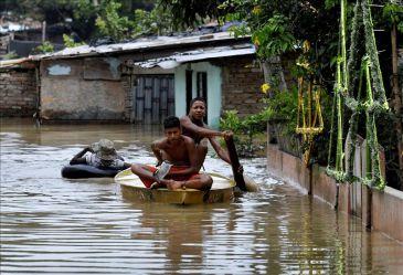 Fuertes lluvias desbordan un río en Colombia y afecta casas de 2,000 personas