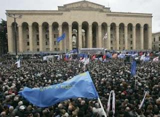 Más de cien mil opositores se manifiestan contra Saakashvili en Georgia