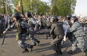 La policía detiene a más de 250 opositores en protesta en el centro de Moscú