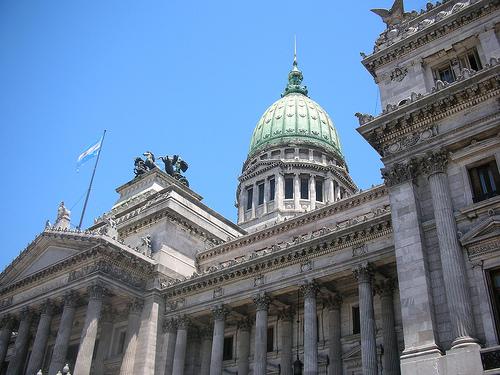 Argentina vuelve al borde del desacato ante juez por