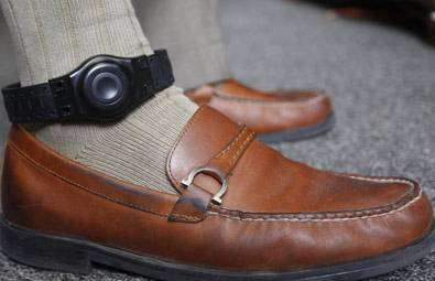Mujeres favorecen uso de brazalete electrónico para monitorear agresores