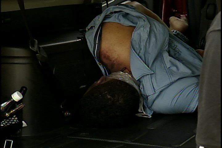 Encuentran hombre estrangulado en el interior de un vehículo