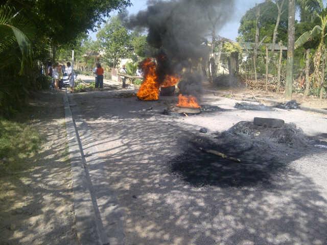 Protestan en demanda de agua potable y arreglo de las calles en Moca