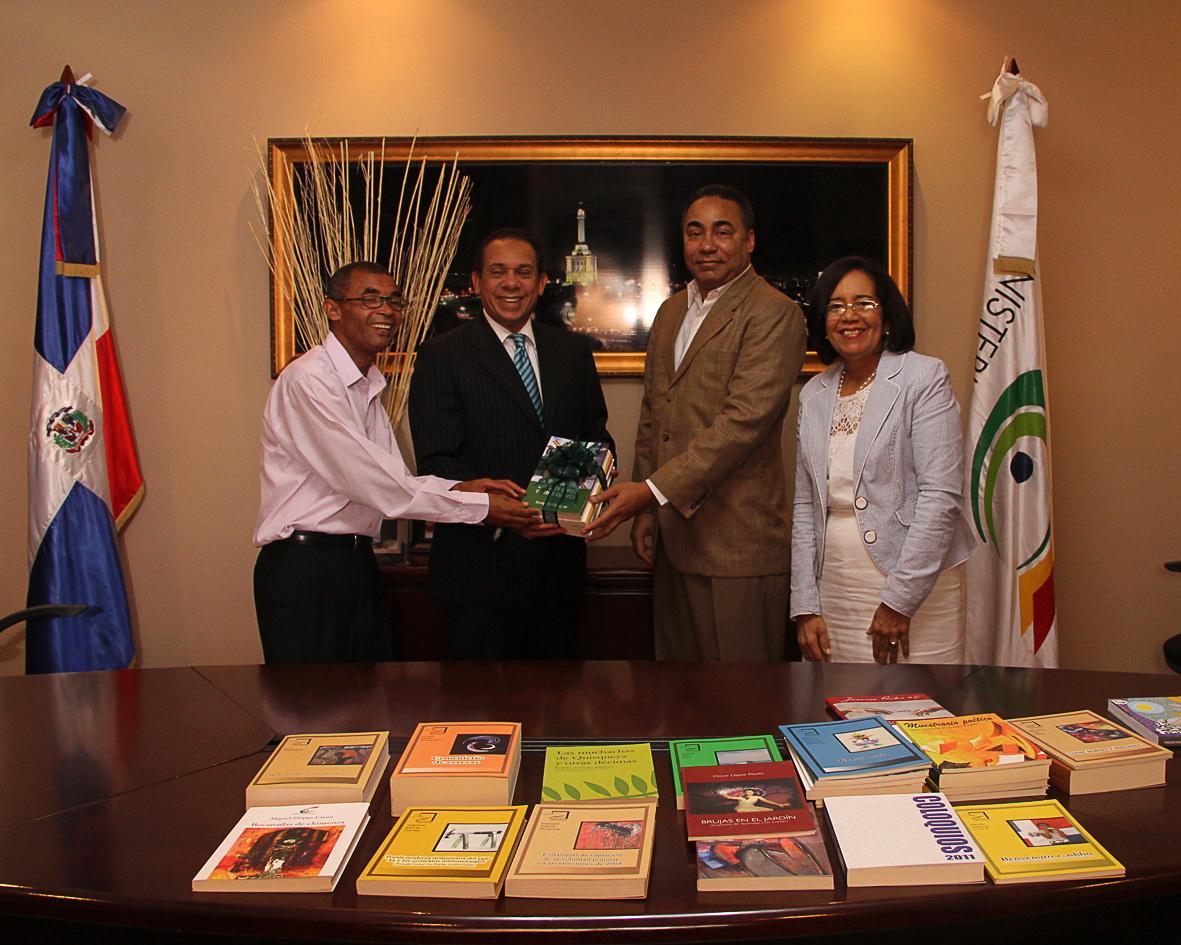 Entregan 3,500 libros a senaduría de Santiago y centros educativos de la Capital